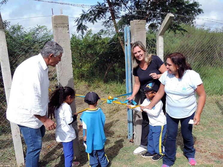 Secretário do vErde Márcio Piedade e secretária adjunta de Educação Cláudia Gabriel abrem o portão de acesso para a trilha