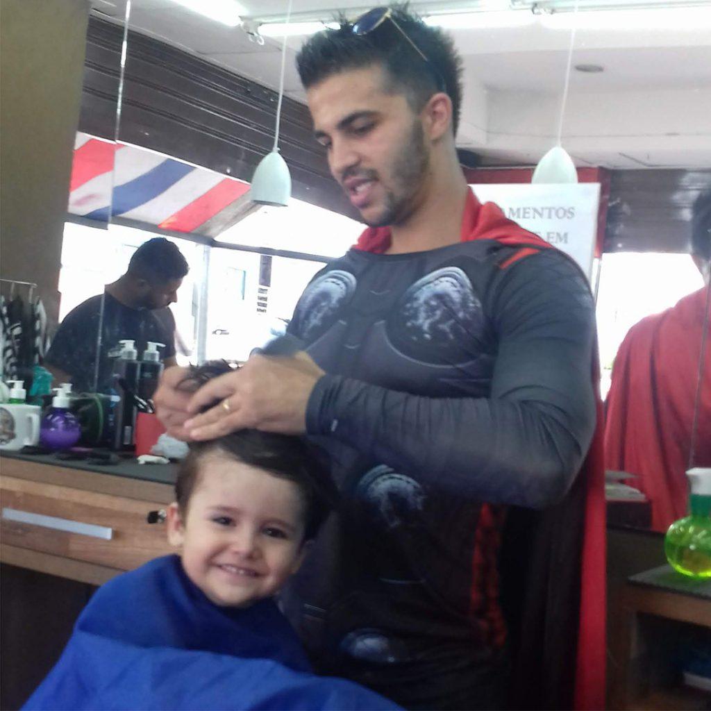 Os barbeiros se vestem de heróis da marvel para cortar o cabelo da garotada em Botucatu
