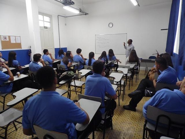 Uma das salas de aula da Guardinha de Jundiaí, com os estudantes, vestindo azul, participando de uma aula.