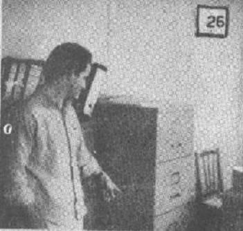 Alienígenas em Bauru, foto dos engenheiros encontrando o escritório revirado