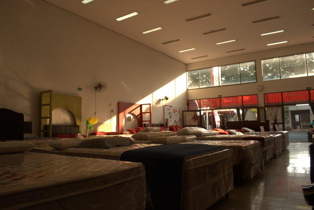 Foto do interior da Exclusiva Castor mostrando os colchões que estão em seu mostruário.