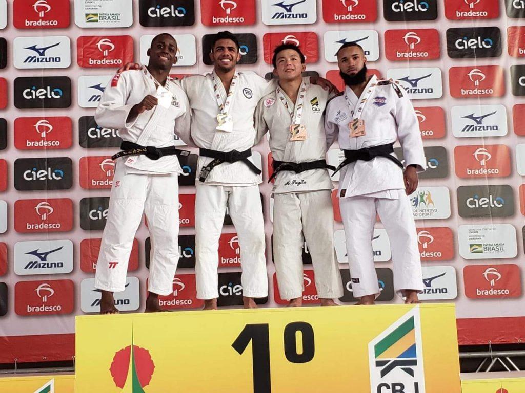 Michael Marcelino (primeiro a esquerda) no pódio da categoria meio-leve de judô. (Foto: Reprodução/SESI Bauru)