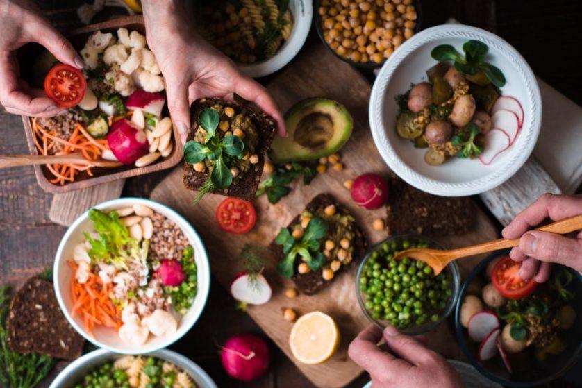 mesa com legumes e verduras
