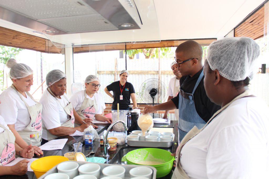 Os alunos da Oficina de Confeitaria durante aula voluntária do Chef Moa. (Foto: Divulgação/SORRI-BAURU)
