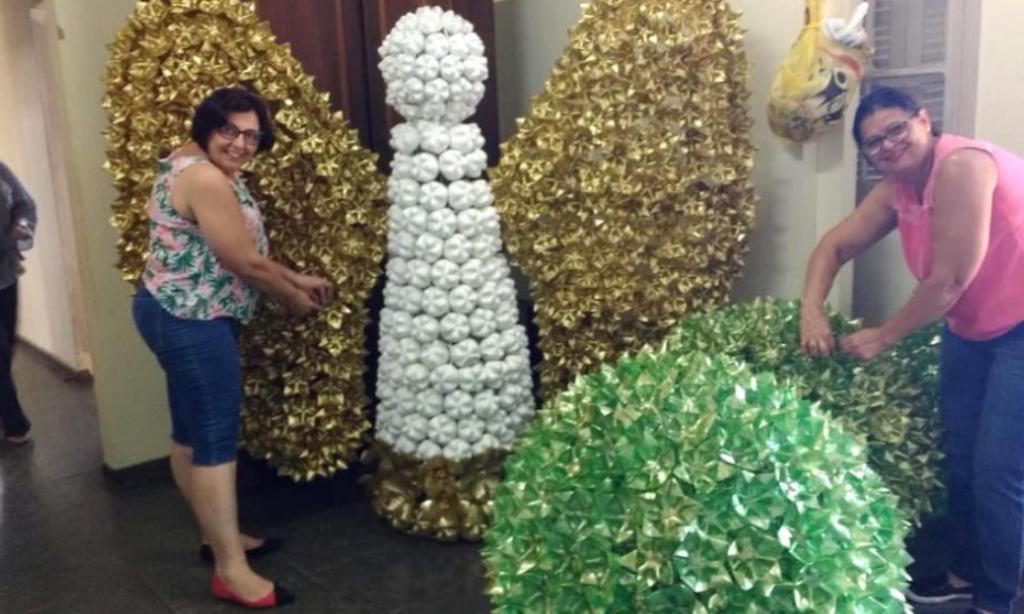 Decoração natalina com material reciclável garrafas PET