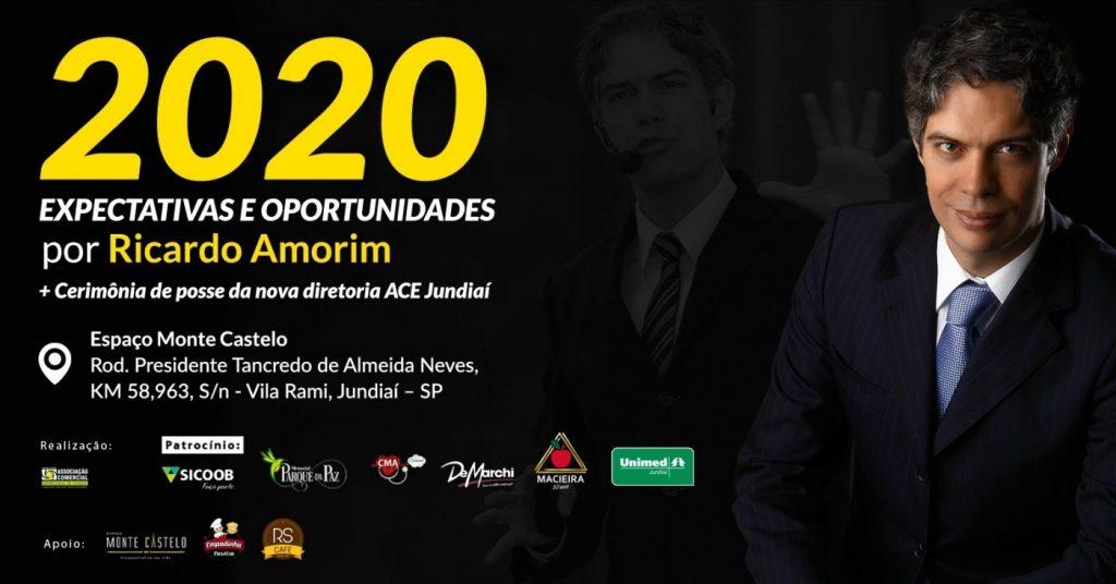 """Banner de divulgação do evento, com destaque para o título da palestra: """"2020 - Expectativas e oportunidades"""", com as informações do evento, abaixo os patrocinadores e do lado direito a foto do palestrante, o economista Ricardo Amorim."""