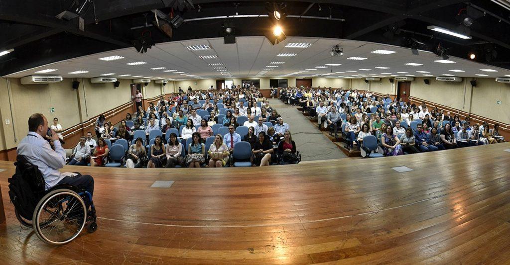 Público assistindo a palestra de cadeirante durante o I Fórum de Empregabilidade da Pessoa com Deficiência, em auditório de Jundiaí.