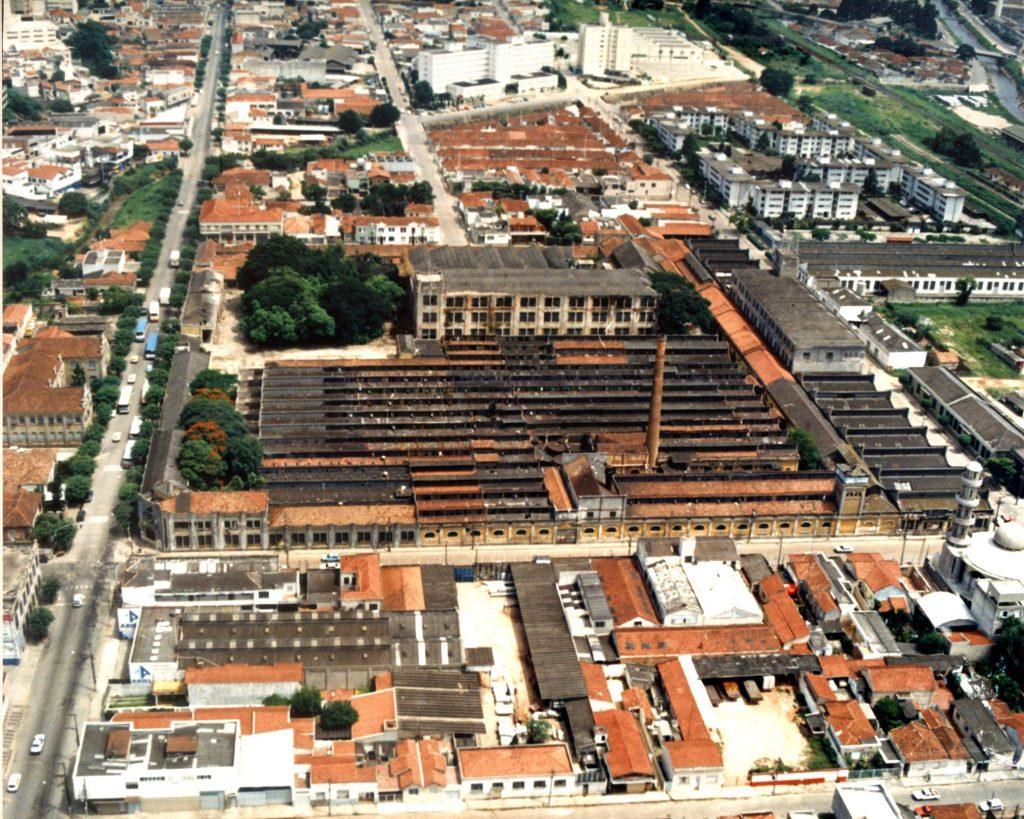 Foto aérea do complexo industrial da Argos durante os anos de abandono.
