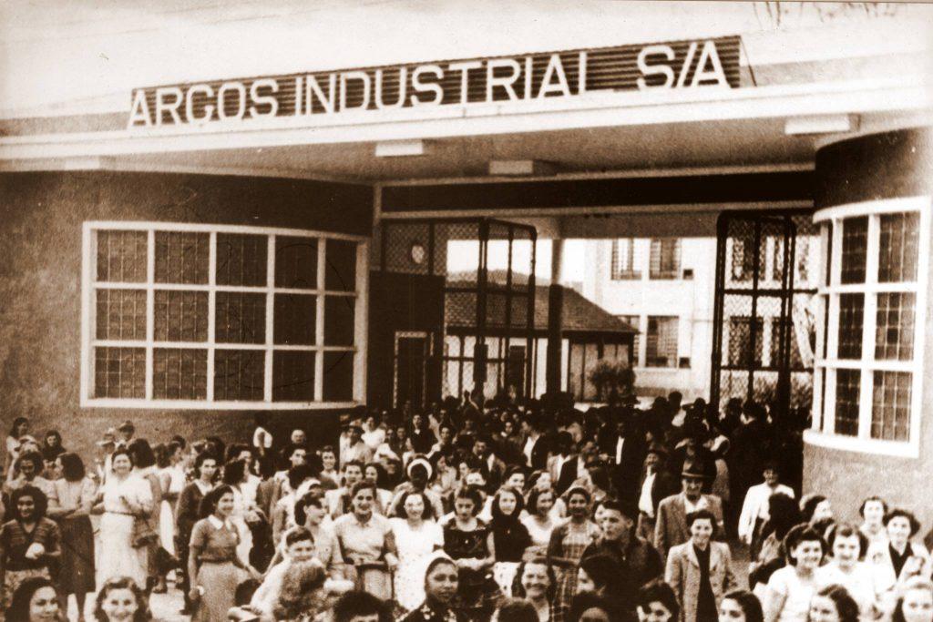 Foto em preto e branco do momento da saída dos empregados da Argos Industrial.