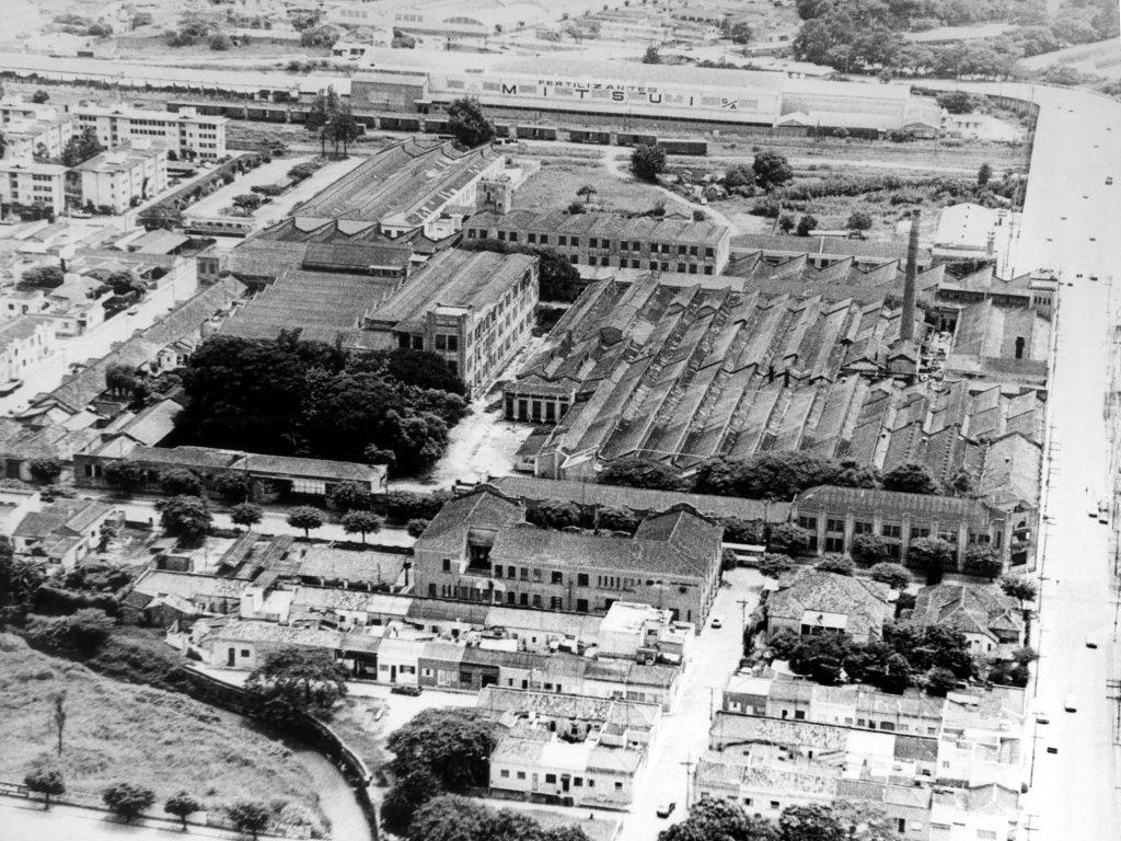 Foto em preto e branco das antigas instalações da Argos Industrial.