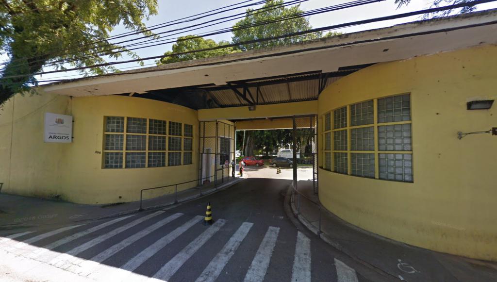 """Foto de 2018 do portão principal do Complexo Educativo e Cultural """"Argos""""."""