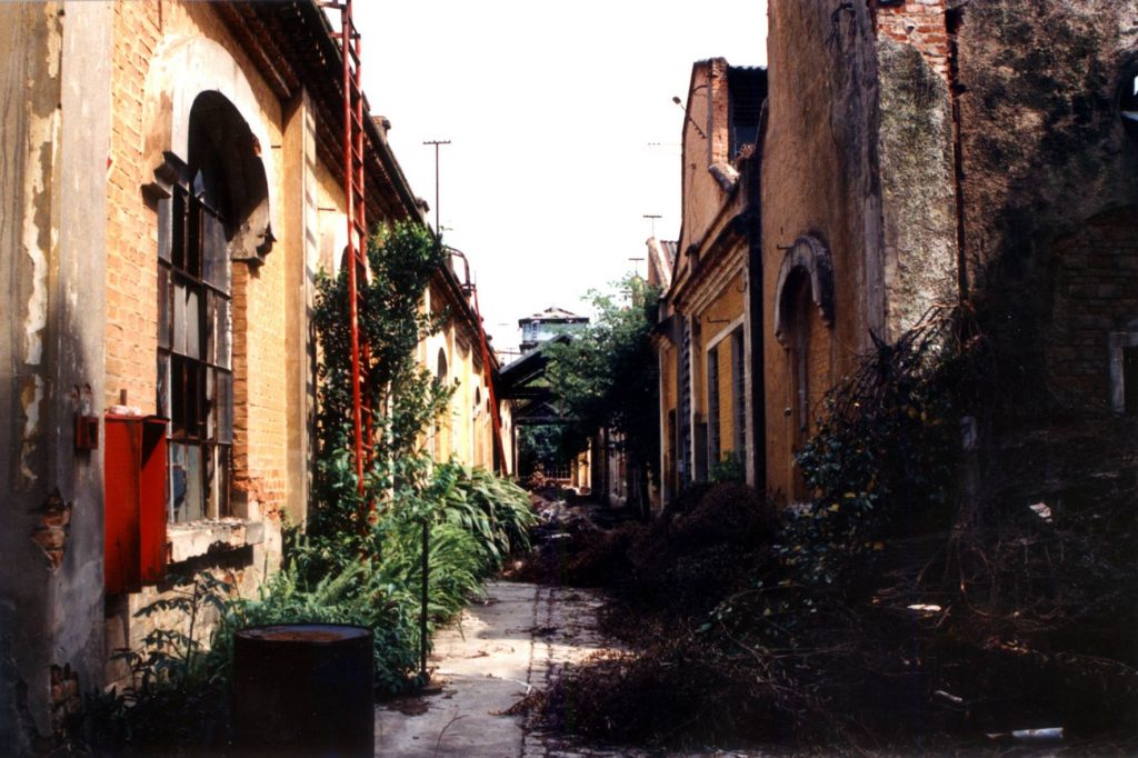 Foto de um dos corredores do complexo industrial da Argos durante os anos de abandono.