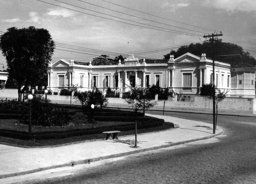 Foto em preto e branco da Casa de Saúde, mostrando também um pequeno perímetro da atual Praça Dom Pedro II.