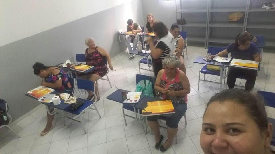 Professora de pintura realiza trabalhos voluntários em Presidente Prudente