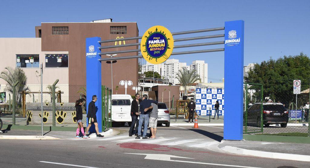 Imagem da entrada da Praça Família Jundiaí e Espaço Pet, com um totem azul e circular.