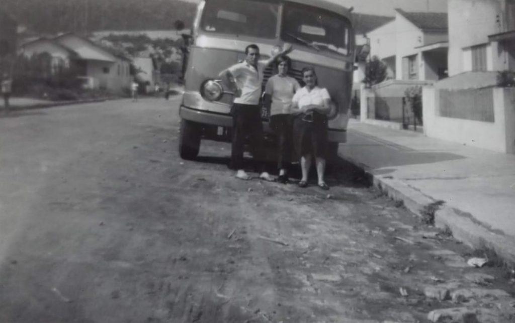 Foto em preto e branco de sua família.