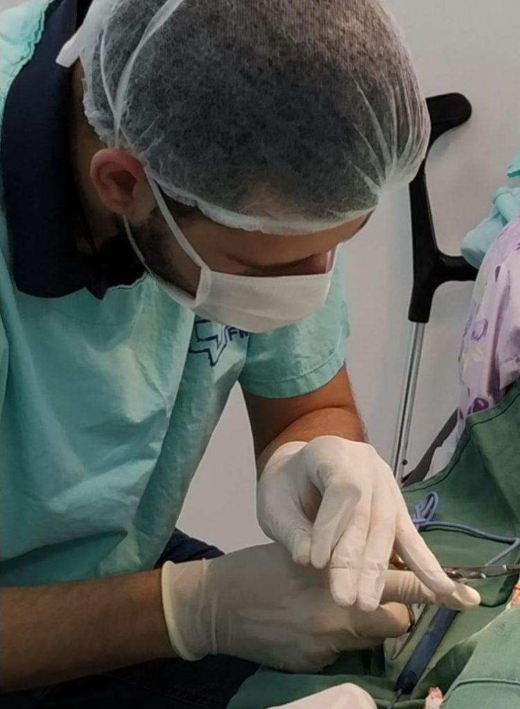 O aluno de medicina Gustavo Noé no centro cirúrgico de sua residência médica durante o período de faculdade, na Unesp Botucatu.