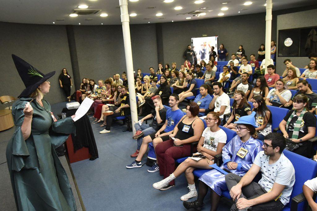 Foto da abertura da 3ª edição do torneio de literatura fantástica, no auditório da biblioteca municipal.