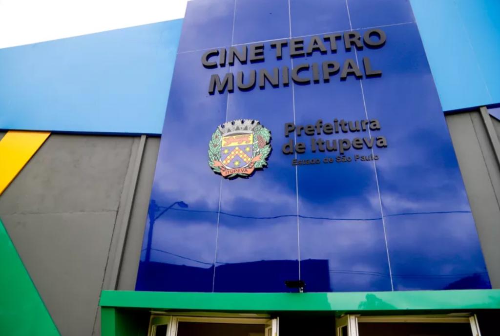 Foto da frente do Cine Teatro de Itupeva, nas cores azul escuro e claro, verde e amarelo.