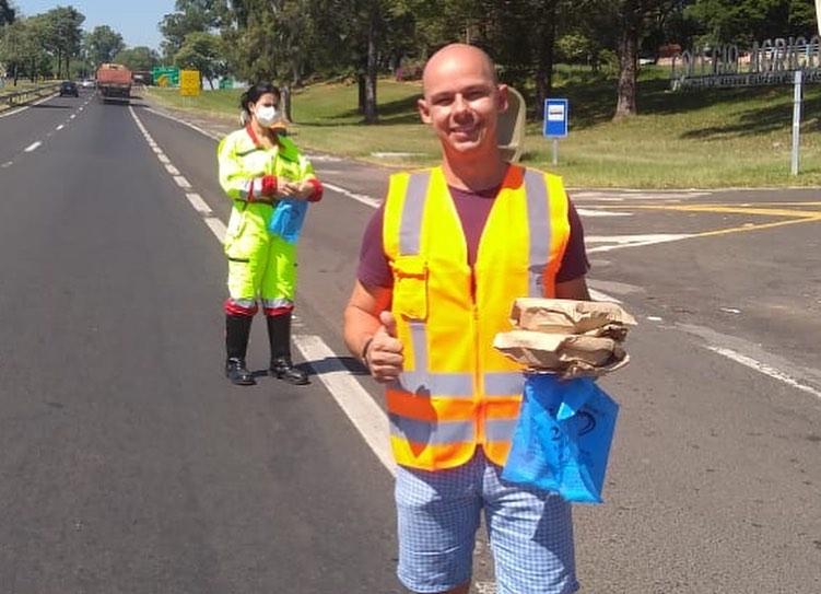 Projeto Esperança entrega marmitas para caminhoneiros na base da Polícia Rodoviária de Presidente Prudente