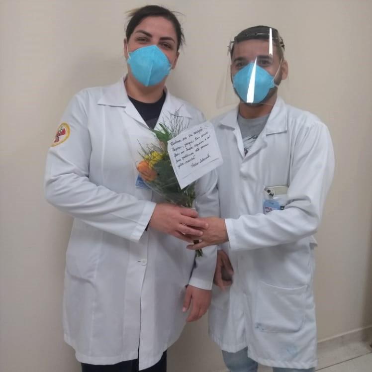 Profissionais do Hospital Regional recebem flores e poemas como homenagem pelos trabalhos durante a pandemia