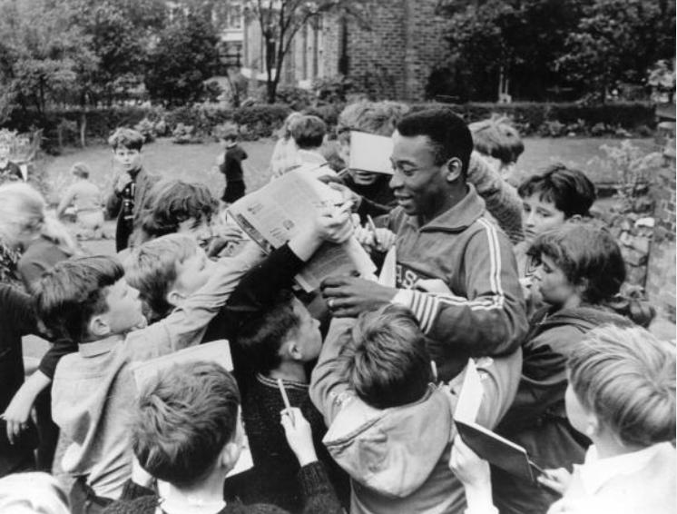 Pelé cercado por fãs