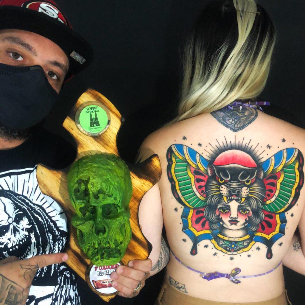 Tatuadores bauruenses se destacam e conquistam prêmios em convenções nacionais. Na foto, Leandro Navarro com seu prêmio e a tatuagem vencedora.