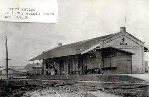 Na publicação sobre a história da Vila Falcão, foto de Bauru antigamente, em preto e branco