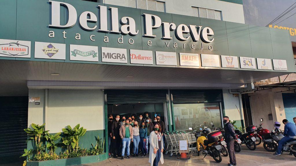 Frente da empresa Della Preve com os seus funcionários