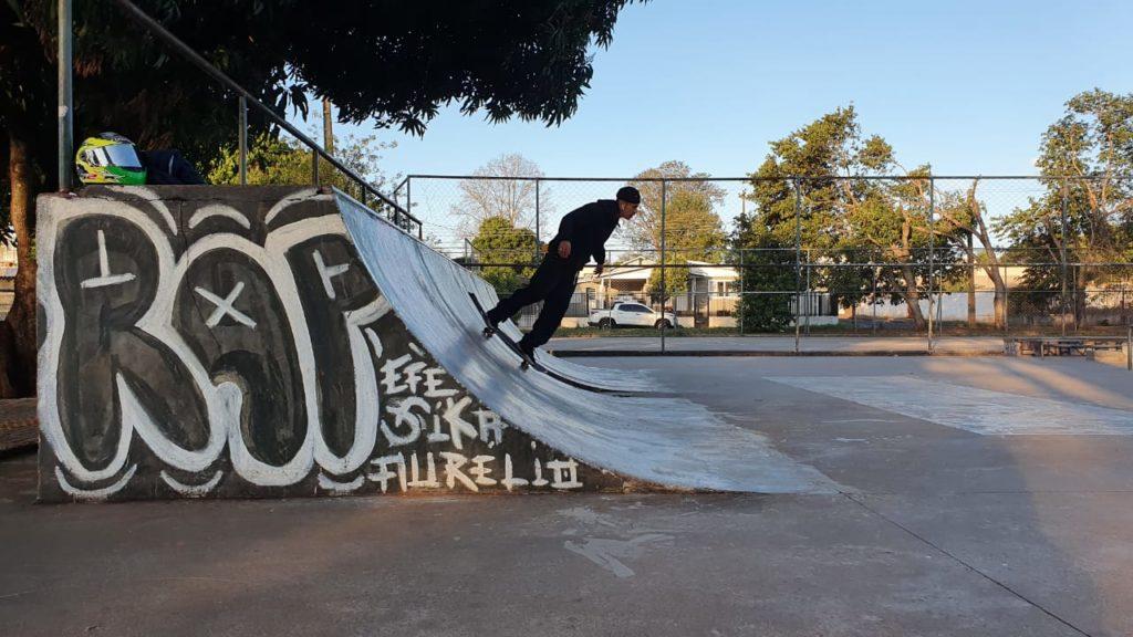 skatista na pista da vila a