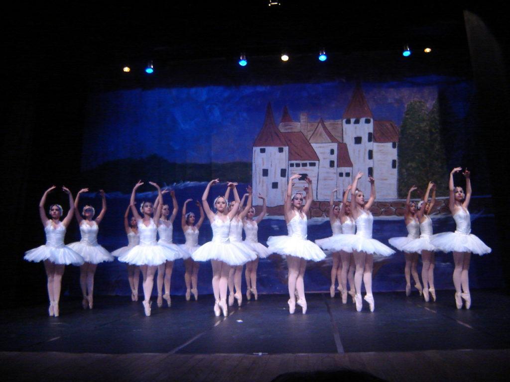 Espetáculo de dança da Ballet Art Scheila do Valle. Dia da bailarina. Na foto, várias bailarinas em um palco
