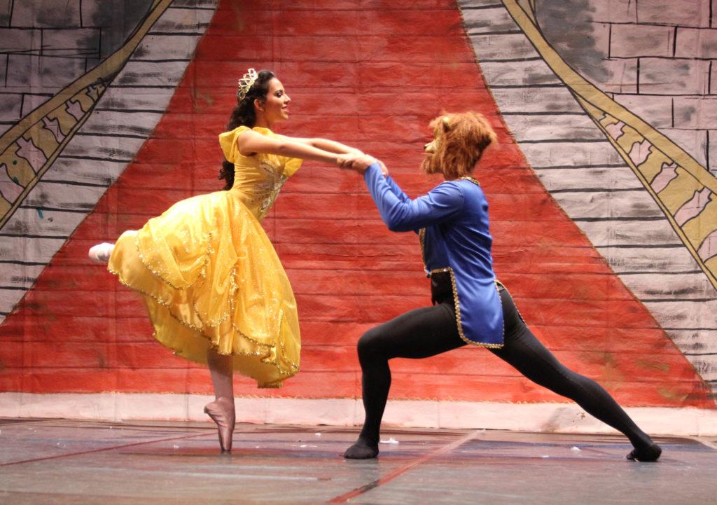 Espetáculo de dança da Ballet Art Scheila do Valle. Cena de A Bela e a Fera. Dia da Bailarina
