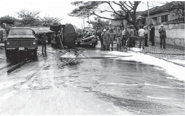 Caminhão de gasolina tombado. O vazamento de combustível é apontado como a causa da explosão na Avenida Nações Unidas em Bauru