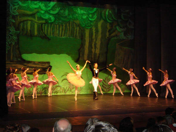 Espetáculo de dança da Ballet Art Scheila do Valle. Dia da Bailarina. Na foto, diversas bailarinas em um palco