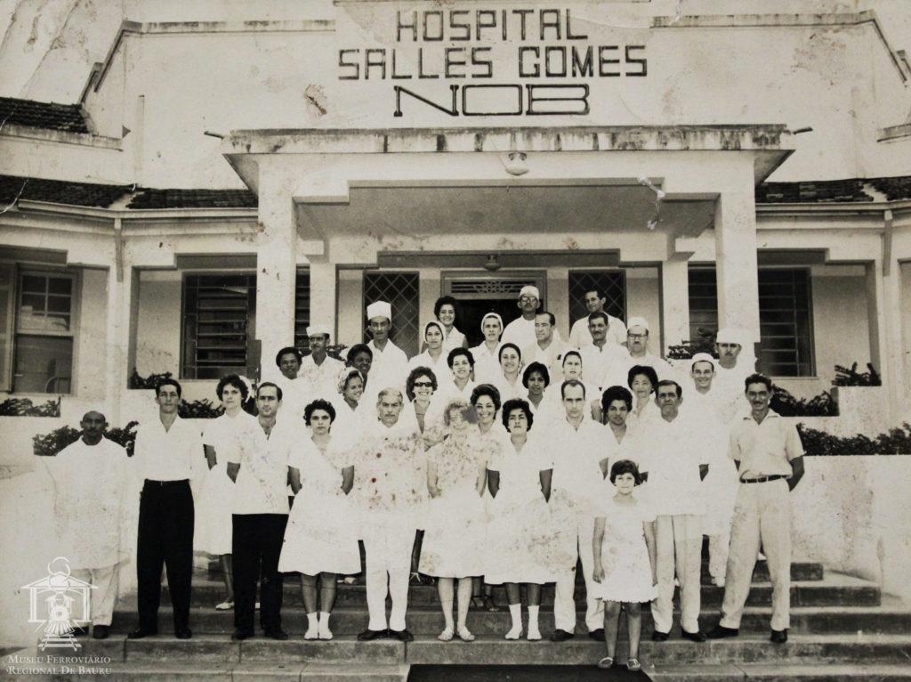 Corpo clínico do Hospital Salles Gomes na escadaria de entrada do prédio. 6 curiosidades e histórias sobre o Jardim Bela Vista, um dos bairros mais antigos de Bauru