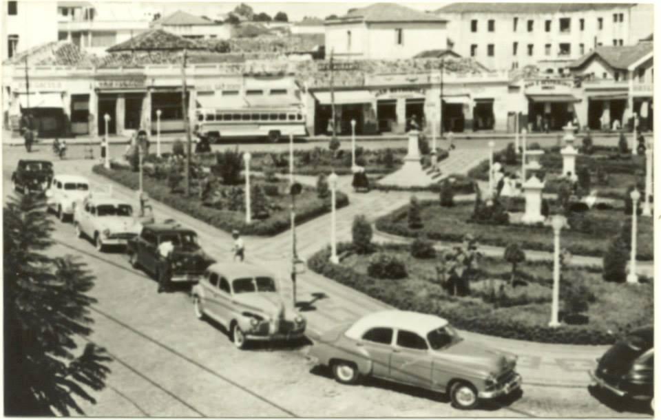 Praça Machado de Melo na década de 1950. Lugar onde fica a entrada da Estação Ferroviária. Trem em Bauru.