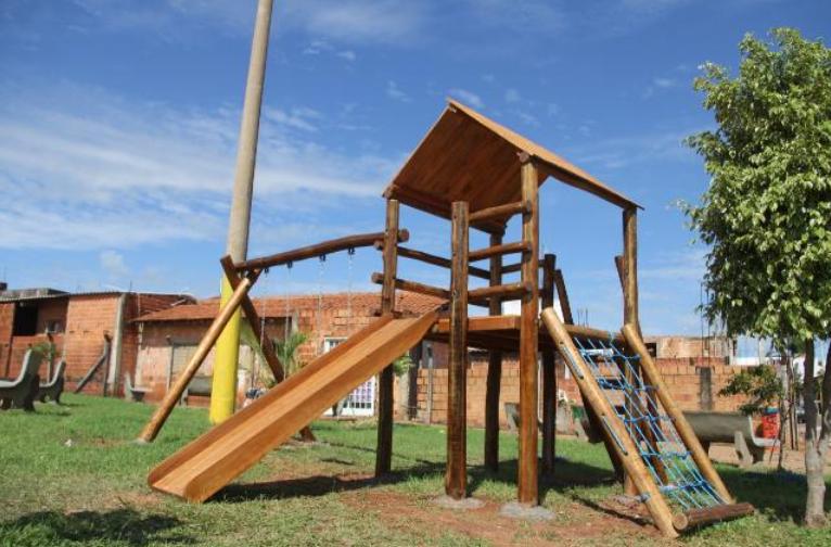 5 espaços públicos para curtir com as crianças em Bauru. Na foto, o brinquedo de madeira do Jardim Nicéia.