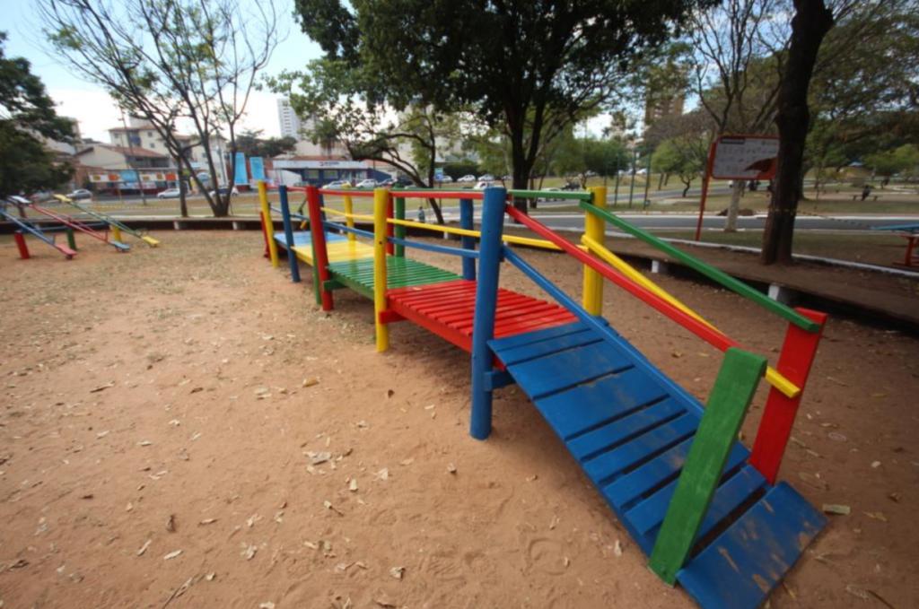 Brinquedo colorido no Parque Vitória Régia. 5 espaços públicos para curtir com as crianças em Bauru